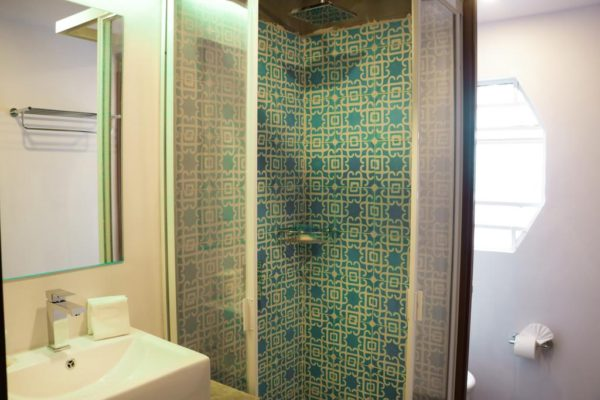 10 things you need to know about hostels bathroom 002